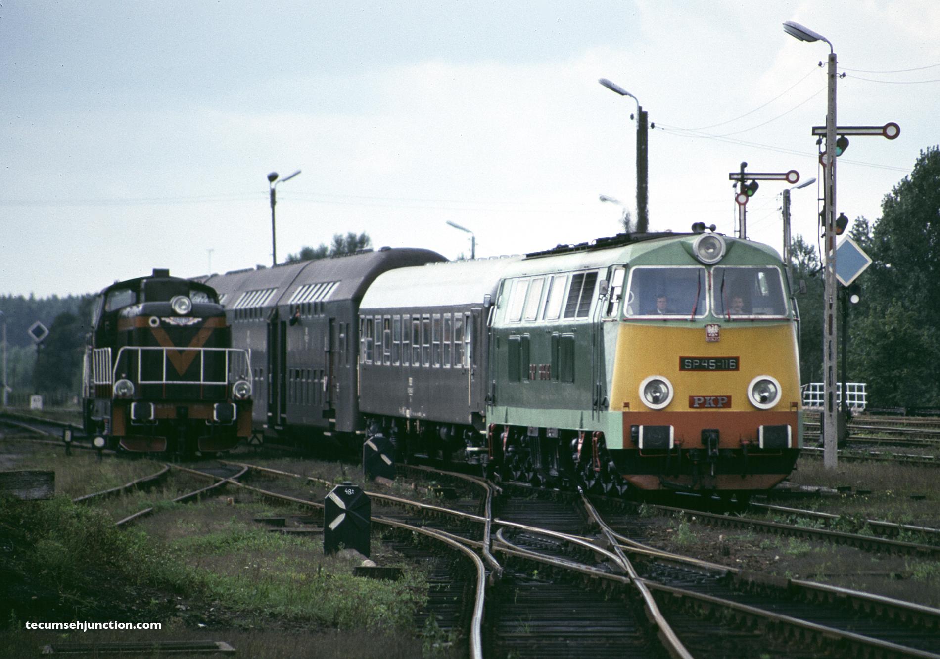 PKP SP45-116 arrives at Czersk, Poland on 07 September 1990.