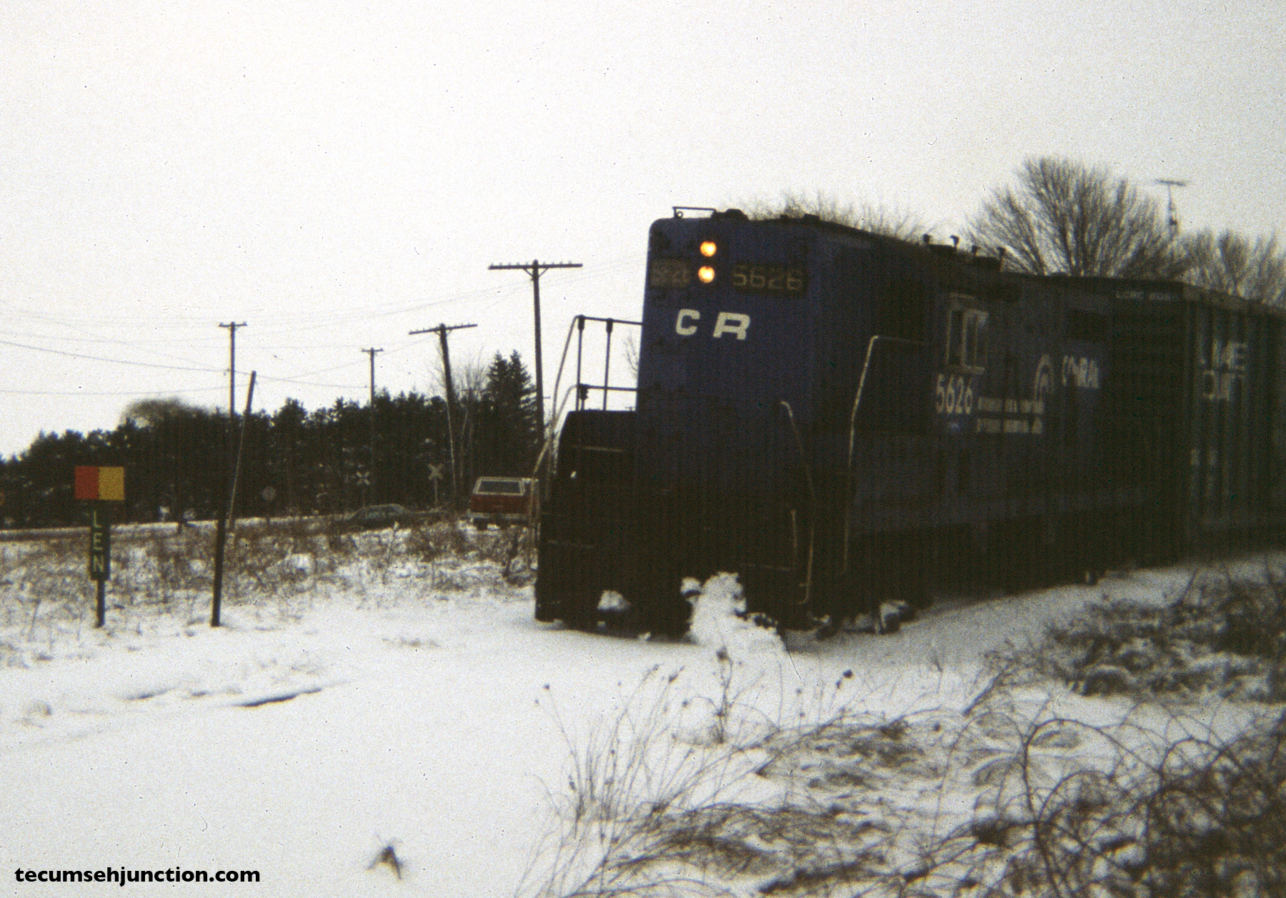 "Conrail 5626 rides the curve on the ""Old Road"" side of the wye at Lenawee Junction, MI, to reach the Lenawee County Railroad interchange. (12 December 1981)"