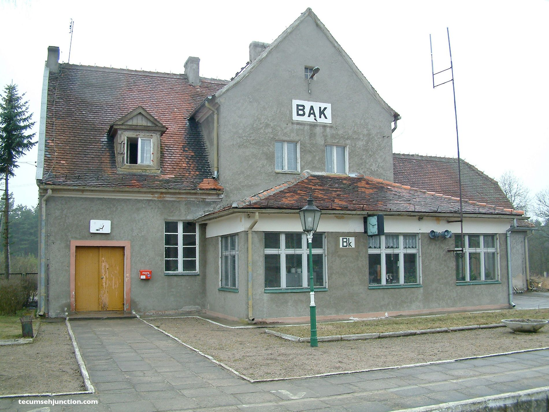 Bąk station with the signal box in front